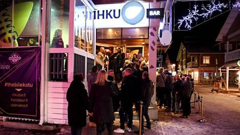 Bar Ihkuun oli jonoa marraskuun kolmantena perjantaina.