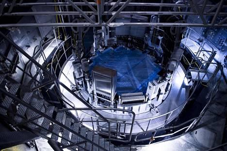 Reaktorin kansi on tilan näkyvin elementti.