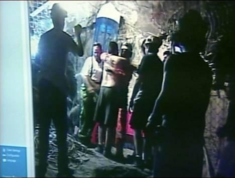 Ensimmäisenä kaivosmiesten luokse laskettu Manuel Gonzales sai lämpimän vastaanoton.
