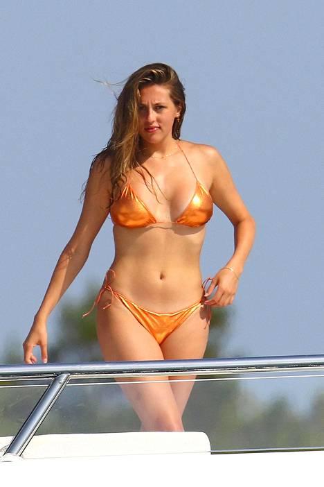 Sophia Stallonen oranssit narubikinit korostivat rusketusta.