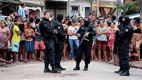 Poliiseja baarin ulkopuolella.