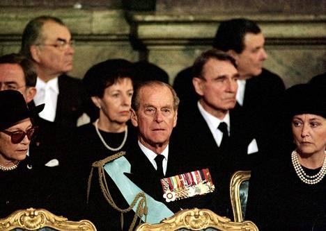 Prinssi Philip (keskellä), Belgian kuningatar Paola (oik.), Luxemburgin suurherttuatar Josephine Charlotte (vas.) sekä Tellervo ja Mauno Koivisto osallistuivat muiden Euroopan valtionpäämiesten joukossa prinssi Bertilin hautajaisiin Tukholmassa lokakuussa 1997.