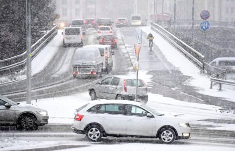 Vaikka suomalaiset intoutuisivat ostamaan hurjasti uusia sähköautoja, myös kymmenen vuoden päästä suuri enemmistö tiellä liikkuvista autoista on polttomoottoriautoja.