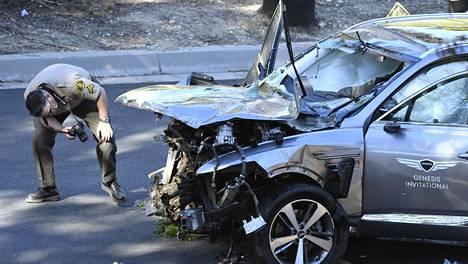 Viranomaiset tutkivat Tiger Woodsin autoa.