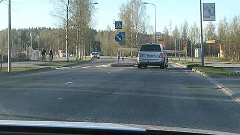 Lautapino oli lähellä osua liikennemerkkeihin.
