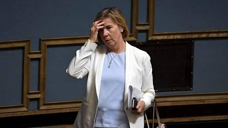 Oikeusministeri Anna-Maja Henriksson (r) kaipaa tietoa siitä, onko joukkokaranteeni tietyistä maista tuleville mahdollinen tartuntatautilain nojalla. Ajatusta koronatestauksen lisäämisestä lentokentillä Henriksson sanoo pitävänsä hyvänä.