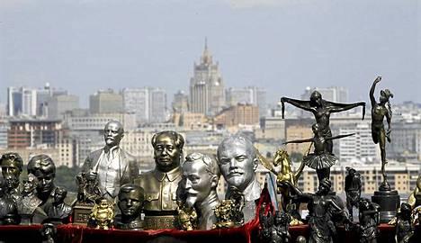 Kommunisteja myytävänä. Historiallisten hahmojen patsaita myyntipöydällä Moskovassa Venäjällä. Myytävänä ovat muiden muassa neuvosto-Venäjän entinen johtaja Vladimir Leninin, Leninin perustaman neuvosto-Venäjän salaisen poliisin Tsekan johtaja Feliks Dzierzynski ja Pohjois-Korean entinen johtaja ja Kim Il Sung, jonka kansankokous nimesi ikuiseksi presidentiksi vuonna 1997.