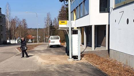 Bussipysäkki on nyt siirretty niin, ettei valaisinpylväs näytä enää olevan keskellä katua.