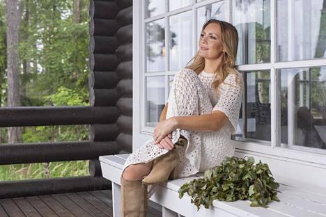 Marja Hintikka ja hänen puolisonsa hankkivat itselleen kesämökin vuonna 2016.