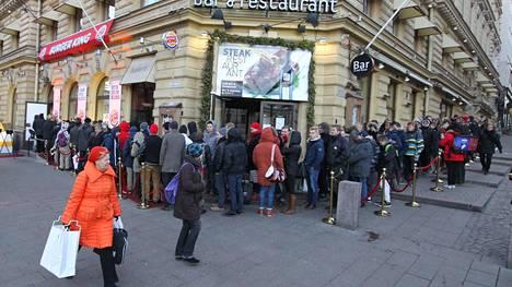 Kun Burger King avasi ravintolansa Helsinkiin vuonna 2013, jonot olivat pitkät. Hampurilaiset olivat kuitenkin kaikille samanhintaisia toisin kuin Yhdysvalloissa järjestetyssä tempauksessa.