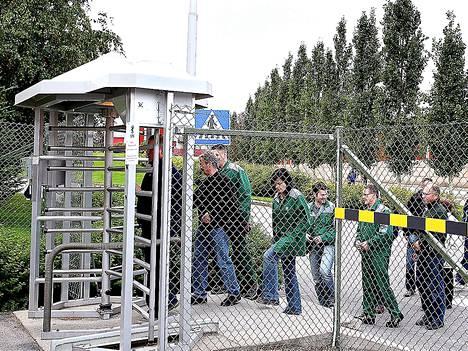 Kajaanin-tehtaan työntekijät marssivat työpaikoiltaan keskiviikkona kuultuaan UPM:n jättileikkauksista.