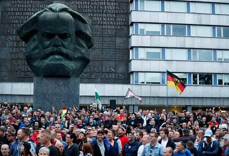 Karl Marxin patsaan edessä kokoontuneet uusnatsit näyttivät käsimerkkejä paikalla myös olleille vastamielenosoittajille