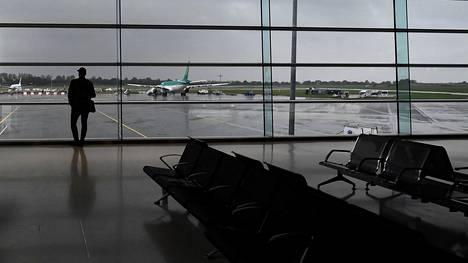 Lisa Smith, 38, ja hänen 2-vuotias tyttärensä laskeutuivat sunnuntaina aamupäivällä paikallista aikaa Dublinin lentoasemalle. Arkistokuva.
