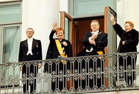 Presidenttipari Tarja Halonen ja Pentti Arajärvi sekä Martti ja Eeva Ahtisaari vilkuttivat Presidentinlinnan parvekkeelta presidentti Tarja Halosen virkaanastujaisseremonian yhteydessä maaliskuussa 2000.
