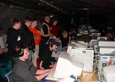 Joona Leppänen (kuvan etualalla) pelaamassa MindTrek-tapahtumassa vuonna 2002.