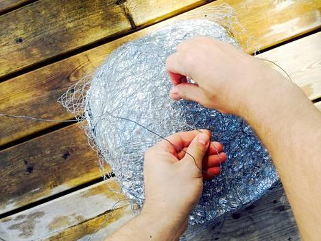 Kanaverkosta saat hyvän paketin paistille. Viritä rautalankaa paketin päälle, niin saat kuuman paistin helposti ylös kuopasta.