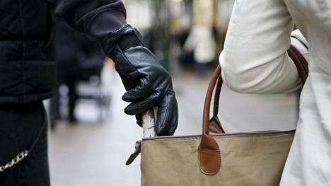 Kun turistin huomio on muualla, näkee taskuvaras tilaisuutensa tulleen.