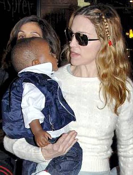 Madonna tahtoo adoptoida heti perään toisen malawilaislapsen. Sylissä David Banda.