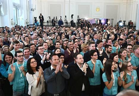 Kurzin ÖVP pukeutuu nykyisin turkoosiin. Kannattajat odottivat ensimmäisiä vaalituloksia sunnuntaina Wienissä.