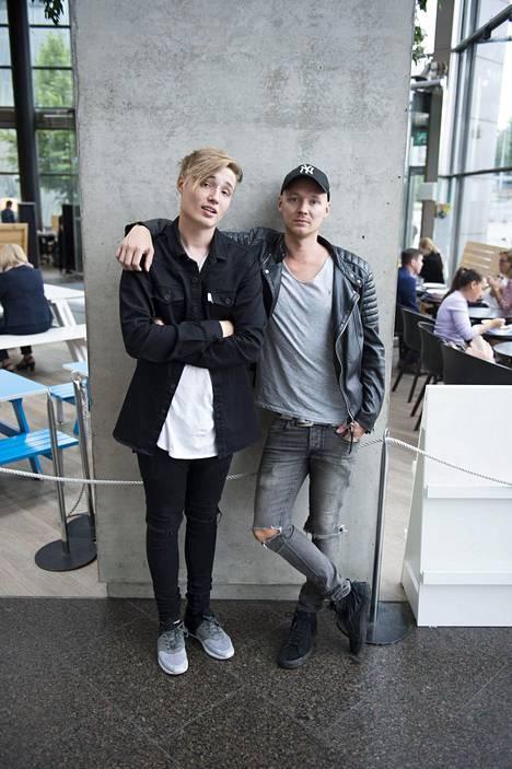 Isac Elliot isänsä Fredi Lundénin kanssa Ilta-Sanomien kuvauksissa viime heinäkuussa.