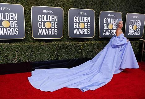 Pitkällä laahuksella varustettu puku oli kunnianosoitus näyttelijä Judy Garlandille.