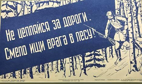 Puna-armeijan sotilaita kehotettiin etsimään vihollista rohkeasti metsästä. Armeijan sisäiseen käyttöön suunnattu propagandajuliste on talvisodan ajalta.