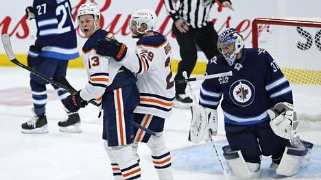 Edmonton Oilersin Jesse Puljujärvi (vas.) onnistui maalinteossa Winnipeg Jetsiä vastaan.