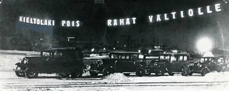 Kieltolaista järjestettiin kansanäänestys vuonna 1931. Valomainoksessa kehotettiin kieltolain poistamiseen, jolloin valtio saisi alkoholista jälleen verotuloja.