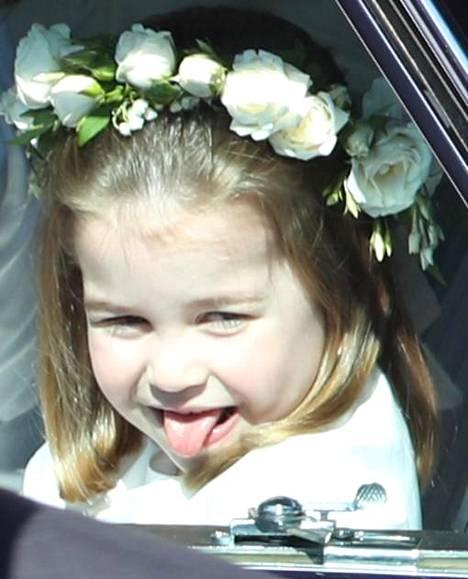 Prinsessa Charlotte ei malttanut olla ilmeilemättä kuvaajille.