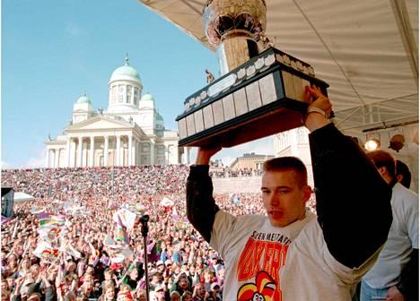 Jokerien Suomenmestaruus -juhlat Senaatintorilla 1994. Kapteeni Waltteri Immonen esittelee yleisölle Kanada-maljaa.