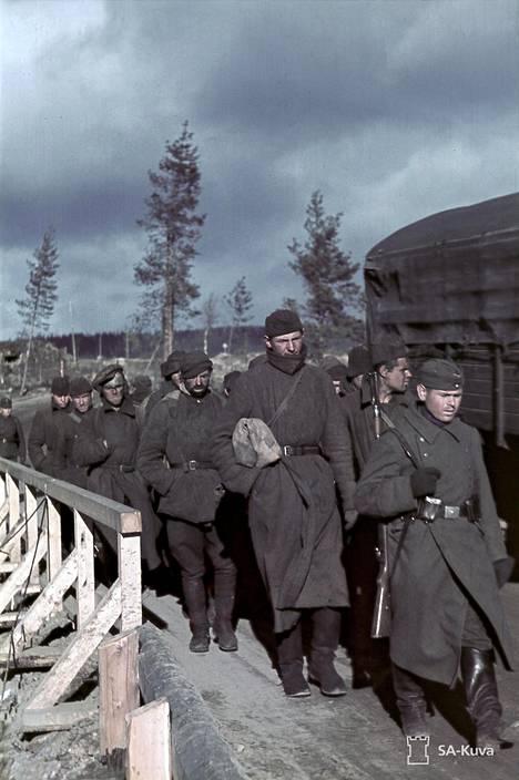 Neuvostoliittolaisten sotavankien ryhmää kuljetetaan töihin.