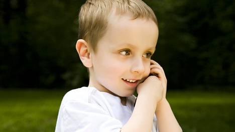 Pienelle lapselle on tärkeää pitää yhteyttä vanhempiinsa silloin, jos hän on hoidossa muualla. Kuvituskuva.