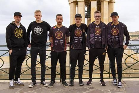 """ENCEn kokoonpano vasemmalta oikealle: Slaava """"Twista"""" Räsänen (valmentaja), Jani """"Aerial"""" Jussila, Aleksi """"allu"""" Jalli, Jere """"sergej"""" Salo, Sami """"xseveN"""" Laasanen ja Miikka """"suNny"""" Kemppi."""