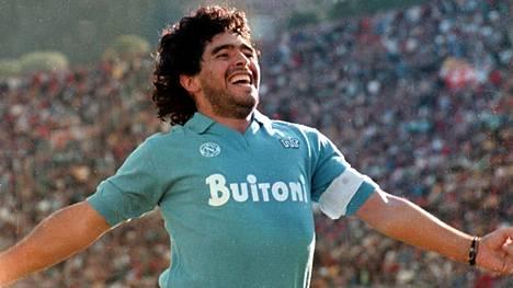 Diego Maradona sai lapsen Napolissa, jonka hän tunnusti vasta reilu kaksikymmentä vuotta tapahtumien jälkeen. Nyt Maradona Jr haluaa isänsä hautajaisiin, vaikka on sairaalahoidossa.