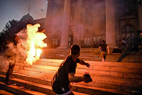 Belgradissa palaa. Serbian pääkaupungissa Belgradissa protestoitiin rajusti hallinnon epäjohdonmukaisia koronatoimia vastaan. Mielenosoittajat vaativat muun muassa maan presidentin Aleksandar Vucicin eroa.