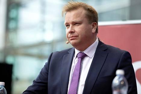 Puolustusministeri Antti Kaikkonen (kesk).