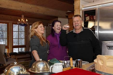 Aki ja Heli vierailevat Suomen huutokauppakeisarissa kokki Maija Silvennoisen luona.