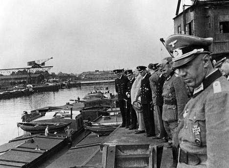 Suuramiraali Erich Raeder (2. vas.) tarkasteli proomujen muutostöitä Merileijonaa varten Duisburgissa, Saksassa kesällä 1940. Raeder vastusti maihinnousua, sillä Kriegsmarine ei olisi kyennyt suojaamaan operaatiota brittilaivastolta.