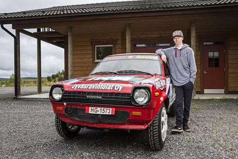 Kalle Rovanperä ja yksi lapsuuden Toyota Starleteista kuvattuna syksyllä 2017 Puuppolassa. Kyseessä ei ole sama auto kuin mainitulla videolla.