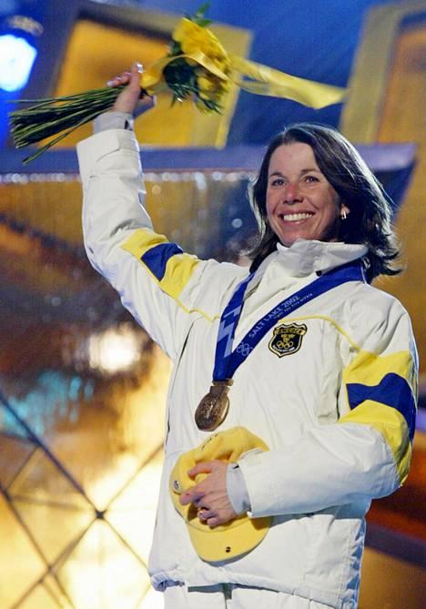 Magdalena Forsberg vaihtoi lajia maastohiihdosta ampumahiihtoon, ja menestystä alkoi tulla. Kuvassa ruotsalainen juhlii yhteislähdön olympiapronssia Salt Lake Cityssä 2002.