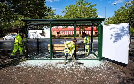 Mellakoiden jälkiä siivottiin lauantaina Malmössä.