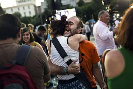 Ei-puolen kannattajat juhlivat jo alkuillasta tulosta Ateenan keskustassa.