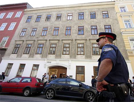 Poliisit vartoivat taloa, jossa hyökkäyksen kohteeksi joutunut temppeli sijaitsee Wienissä.