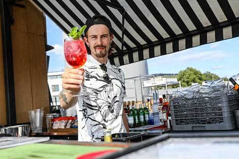 Jo parin vuoden aikana alkoholittomien juomien suosiossa on ollut isoa kasvua, Allas Sea Poolin baarimestari Tito Johansen kertoo.