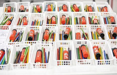 Oppilaille jaettavat kynät on jaoteltu valmiiksi niin, ettei turhia kosketuksia tule.