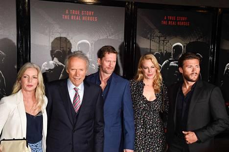Clint Eastwood poseerasi viime maanantaina yhdessä lastensa kanssa. Kuvassa vasemmalta oikealle: Christina Sandera, Clint Eastwood, Stacy Poitras (Alisonin puoliso), Alison Eastwood ja Scott Eastwood.