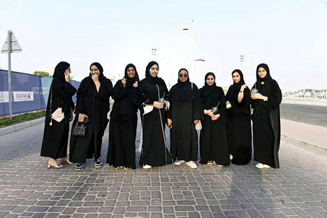 Naiskatsojia saapumassa Dohan MM-stadionille.