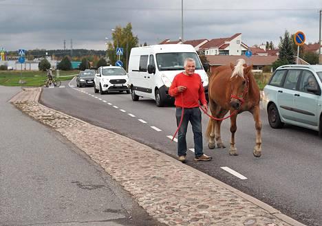Heikki Mikola ja Kullannuppu-hevonen joutuvat nykyään liikkumaan liikenteen tukkeena.