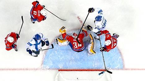 Olli Määttä tuki heti olympiaturnauksen alussa rohkeasti hyökkäyksiä ja iski maalin kahdessa ensimmäisessä A-maaottelussaan.