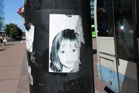 Madeleinen kasvokuva liimattuna tolppaan Helsingissä kesällä 2011.